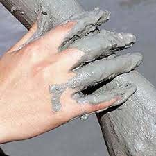 Aplicación de Fango del mar muerto en  manos