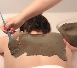 Exfoliacion corporal con envoltura de fango